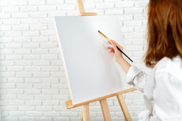 Imagens de pintura jovem artista feminina em estúdio