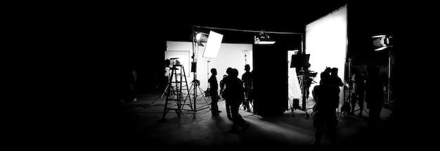 Imagens de silhueta de produção de vídeo nos bastidores ou broll ou making of de filme comercial de tv