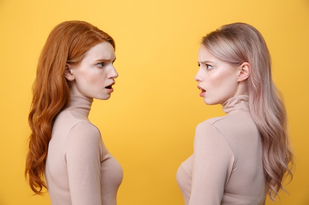 Imagens de vista lateral de jovens confusas duas senhoras