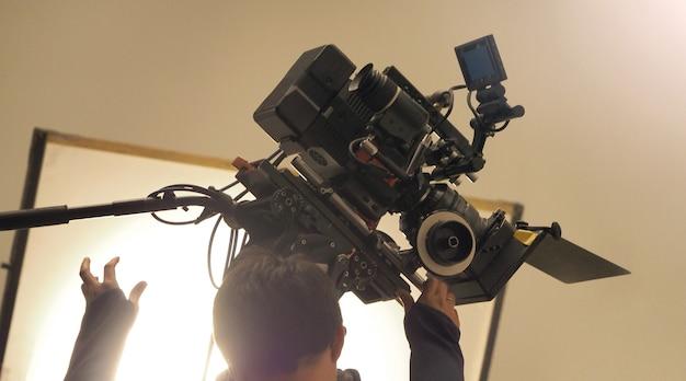 Imagens desfocadas de trás da filmagem ou da filmagem do filme e do cenário da equipe de produção do filme
