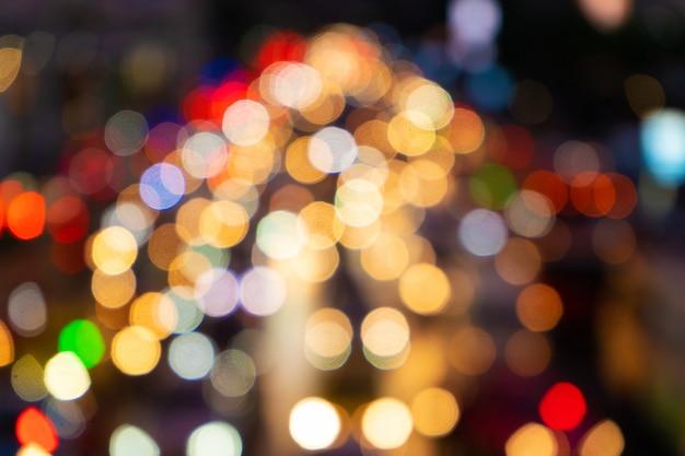 Imagens desfocadas. engarrafamento em uma rua larga. luzes de freio embaçadas. tráfego da cidade denso. intercâmbio de transporte. filmagem noturna.