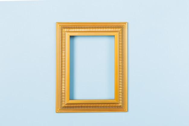 Imagens em branco vazio moldura dourada sobre fundo azul claro.