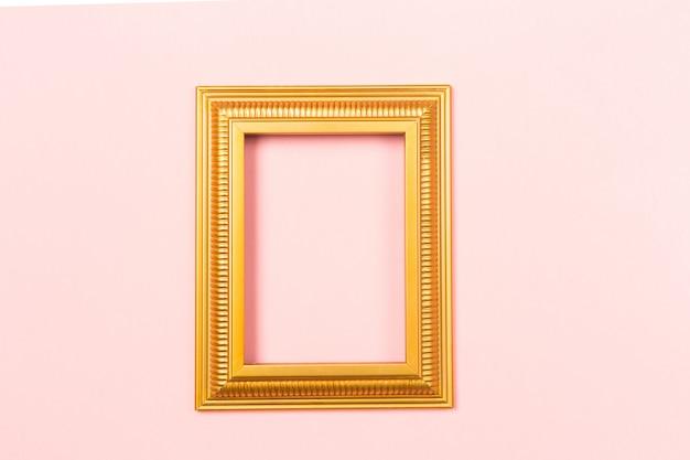 Imagens em branco vazio moldura dourada sobre fundo rosa claro.