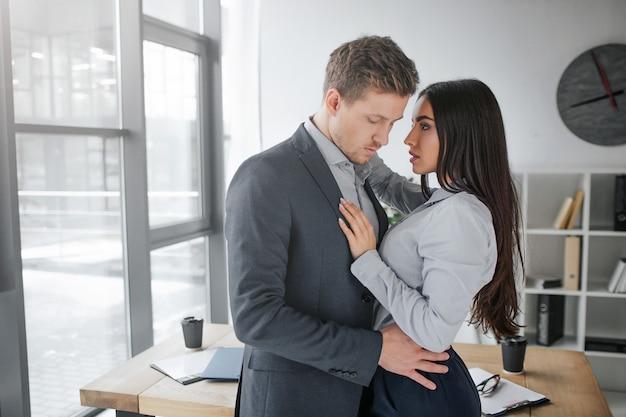 Imagens íntimas de jovem homem e mulher juntos perto um do outro.