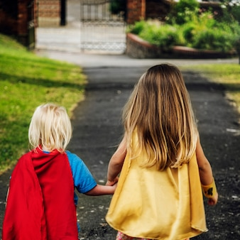 Imaginação do traje dos miúdos dos super-herói que aprende o conceito