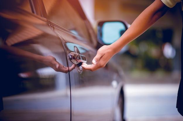 Imagine com portas de carro preto e preto conceito automotivo