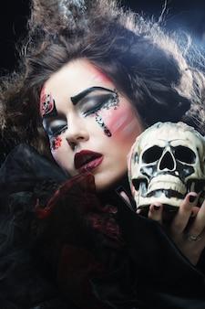 Imagine uma linda mulher de fantasia com caveira. tema de halloween.