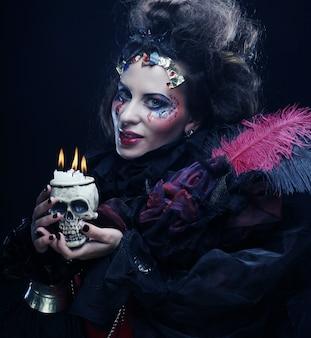 Imagine uma linda mulher fantasia com crânio. tema de halloween.