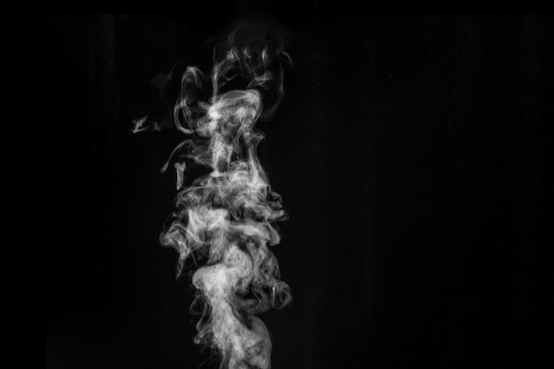 Imaginei fumaça em um fundo escuro. fundo abstrato, elemento de design, para sobreposição em fotos.