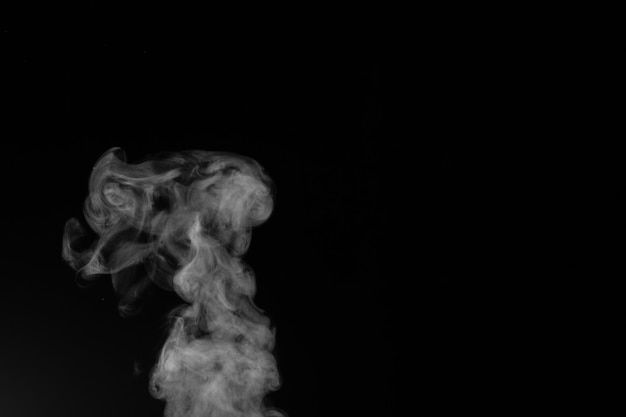 Imaginei fumaça em um fundo escuro.