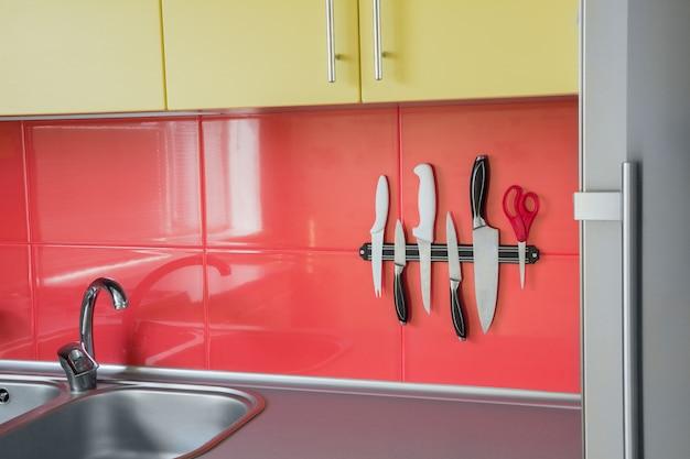 Íman de faca em uma cozinha