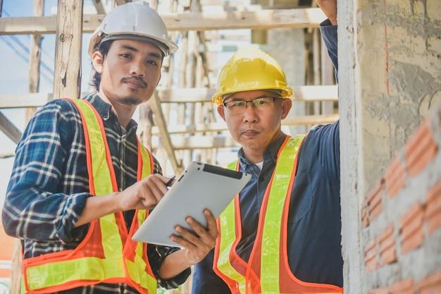Imobiliário de construção de site de inspeção de tablet de dois engenheiros