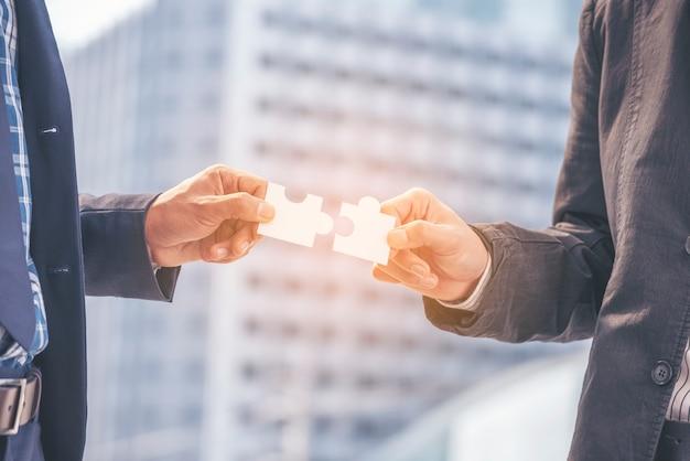 Implementar quebra-cabeça melhorar comunicação resolver sinergia organizar estratégia de serviço de confiança de plano de conexão de construção de equipe. negócios de confiança de partes interessadas comunicam equipes mãos segurando sinergia de quebra-cabeça