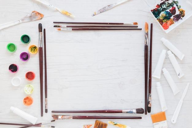 Implementos de arte dispostos em forma de retângulo