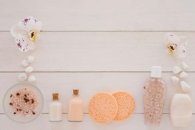 Implementos de spa colocados na mesa de madeira branca