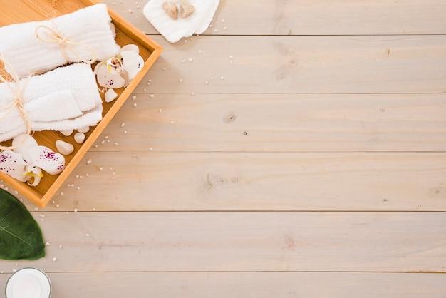 Implementos de spa colocados na mesa de madeira