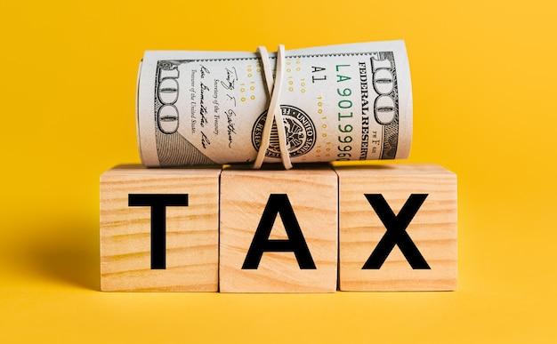 Imposto com dinheiro em um fundo amarelo