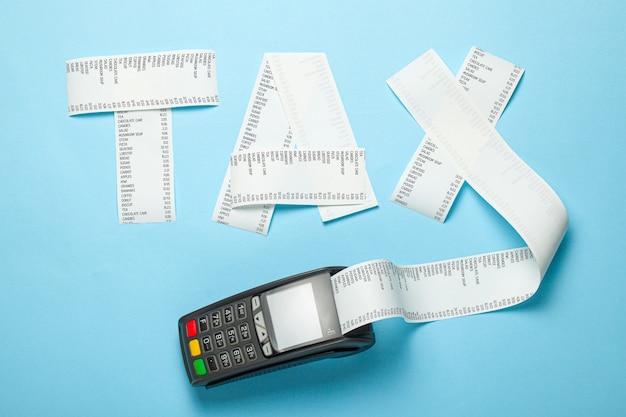 Imposto de fatura de papel e terminal pos para pagamento em fundo azul.