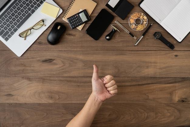 Imprensa como sinal excelente de acessórios de negócios objeto lista copyspace plana leigos na mesa de madeira