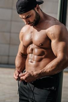 Imprensa de atleta fitness sexy. nutrição adequada, condicionamento físico