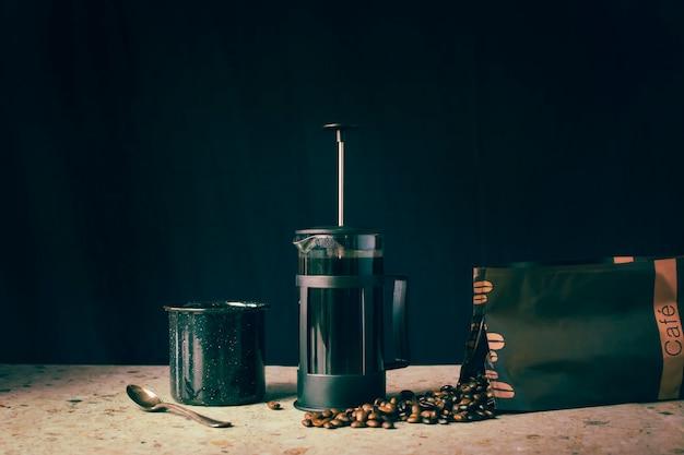 Imprensa francesa, grãos de café e xícara