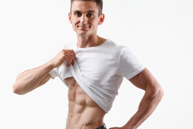 Imprensa masculina forte graças à dieta e treinamento constante