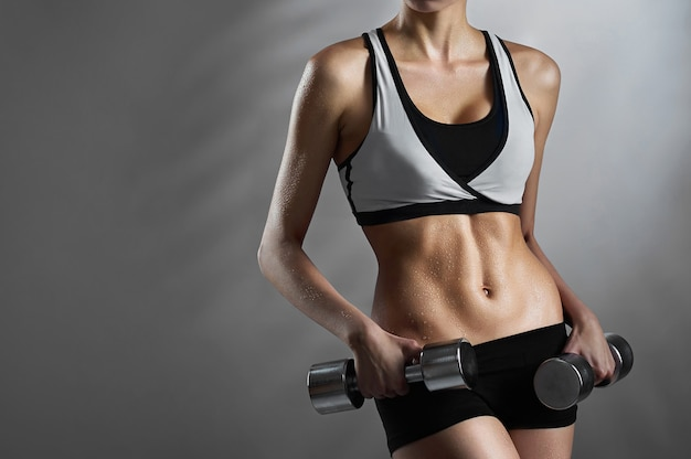 Impressionante corpo forte e musculoso de uma mulher