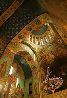 Impressionante interior da histórica igreja ortodoxa da catedral de sioni em tbilisi, geórgia