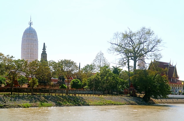 Impressionante pagode branco na tailândia