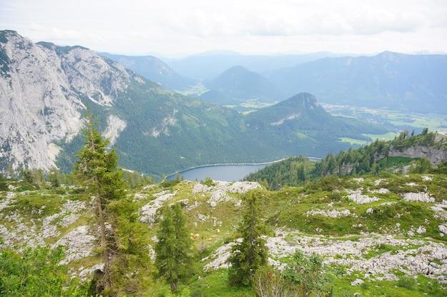 Impressionante paisagem montanhosa filmada na região de ausseerland, na áustria