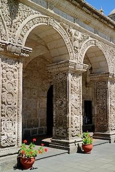 Impressionantes arcos do claustro de la compania igreja igreja da companhia de jesus em arequipa, peru