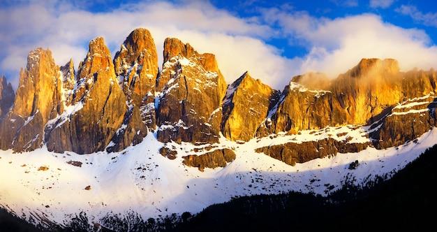 Impressionantes montanhas dos alpes dolomitas no pôr do sol, val di funes, norte da itália