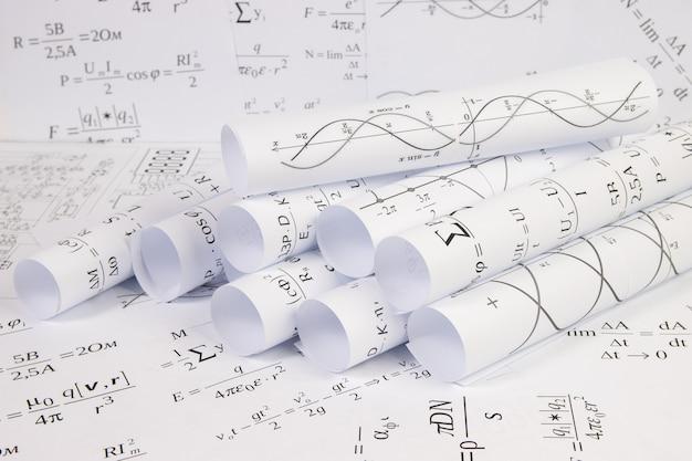 Impresso em papel fórmulas elétricas matemáticas, gráficos e desenhos de engenharia