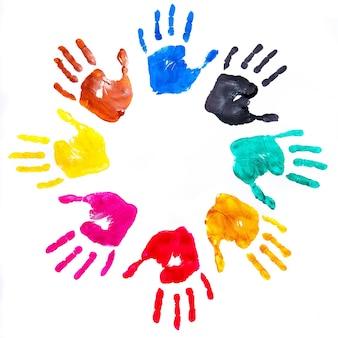 Impressões de mão pintadas em várias cores em um fundo branco