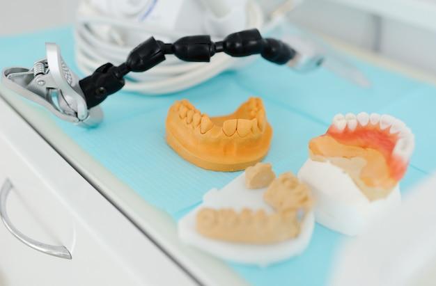 Impressões dentais em uma mesa de close-up