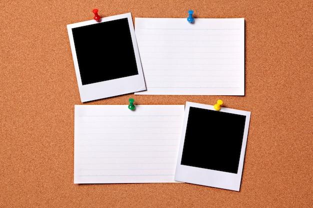 Impressões polaroid em branco da foto e cartões de índice de escritório