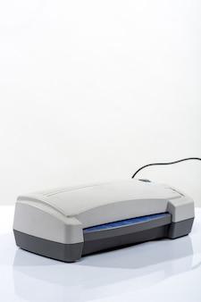 Impressora branca em cima da mesa