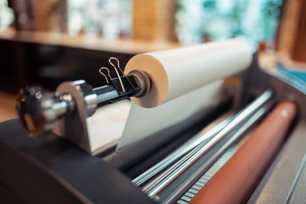 Impressora. close-up de uma grande máquina de impressão parada na sala de impressão espaçosa e leve