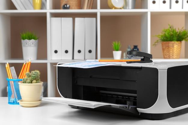 Impressora, copiadora, scanner no escritório. ambiente de trabalho.