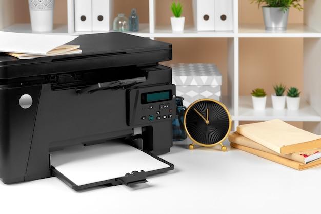 Impressora, copiadora, scanner no escritório.