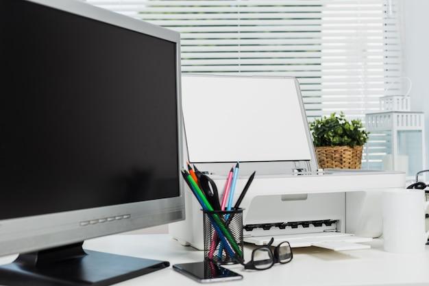 Impressora de escritório e computador na mesa de escritório, equipamento de escritório moderno