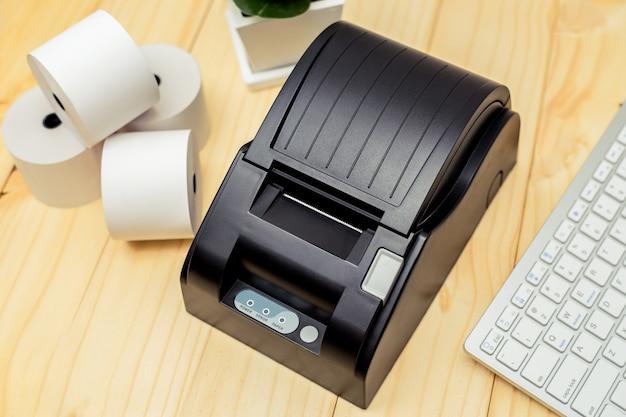 Impressora de recibos imprimindo um recibo