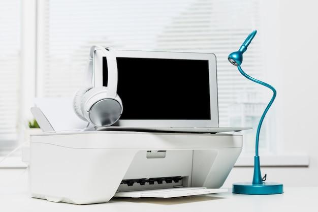 Impressora e laptop em casa, local de trabalho de negócios em casa