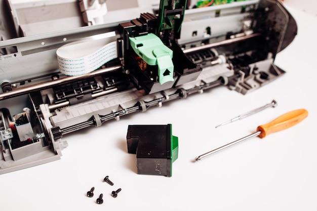 Impressora jato de tinta quebrada isolada no branco