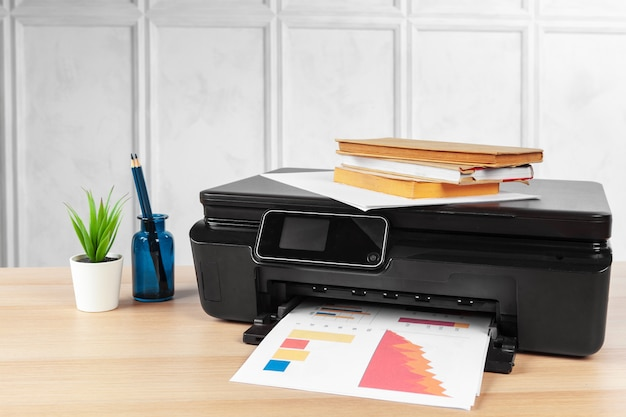 Impressora multifuncional pronta para impressão, cópia e digitalização no escritório