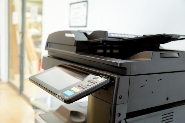 Impressora na sala de escritório.