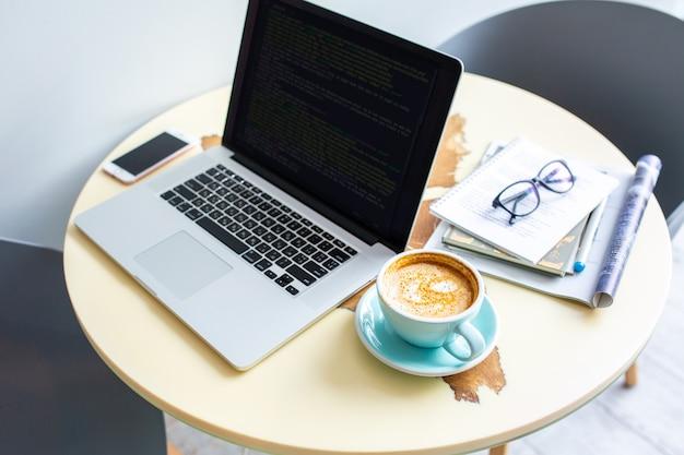 Imprime texto. trabalhe em casa. trabalho na internet. negócio caseiro. trabalho de programador doméstico. trabalhando com uma xícara de café em casa em quarentena