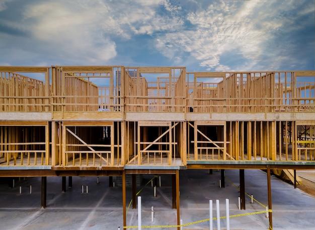 Inacabado de vista interior de uma parede de construção residencial de casa de enquadramento