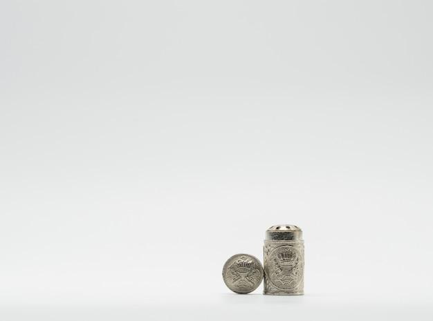 Inalador tailandês com embalagem tradicional em fundo branco. inalador de ervas com tampa aberta. o inalador de ervas para aliviar a congestão nasal e a tontura contém ervas aromáticas naturais para refrescar.