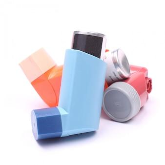 Inaladores da asma isolados sobre o branco